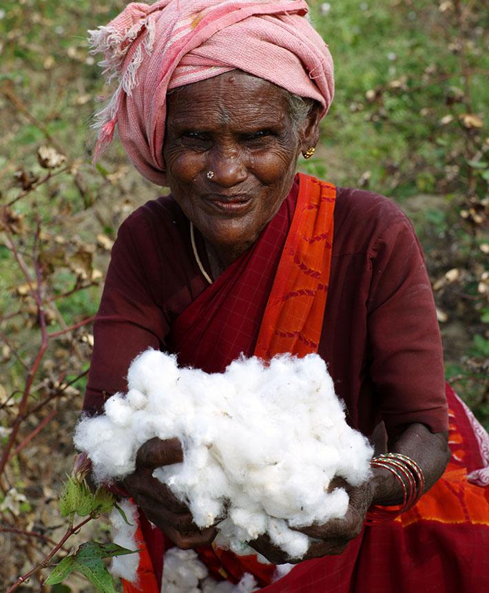Kobieta zajmująca się uprawą bawełny, spółdzielnia AGROCEL w Indiach
