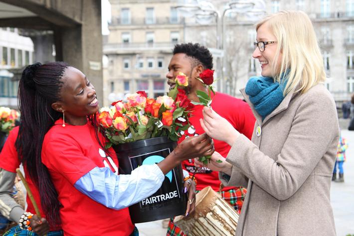 Rozdawanie róż Fairtrade w Niemczech