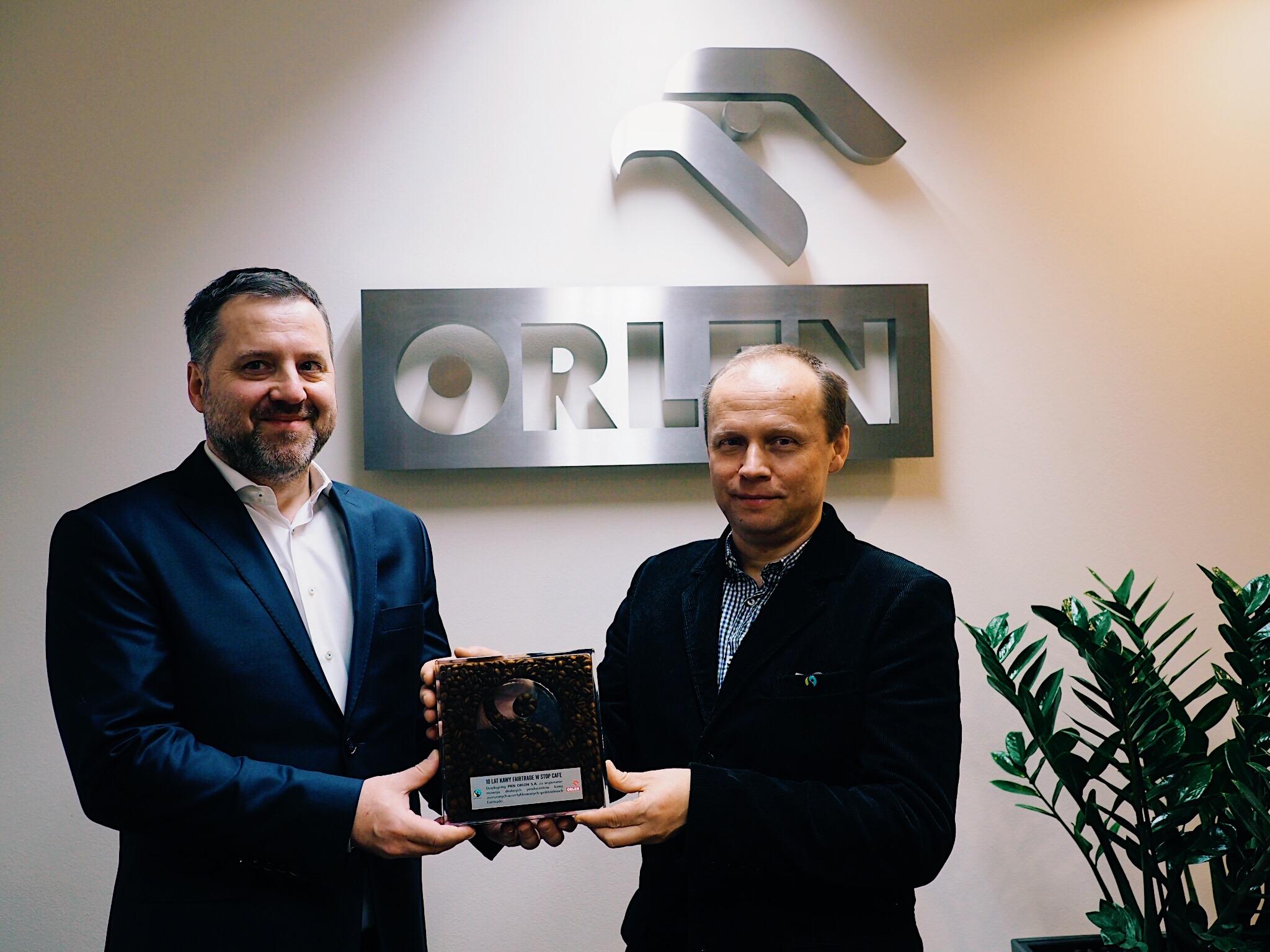 Dyrektor Biura Wsparcia Sprzedaży w PKN ORLEN Wojciech Stańczak odbiera statuetkę z rąk Andrzeja Żwawy, Prezesa Fairtrade Polska