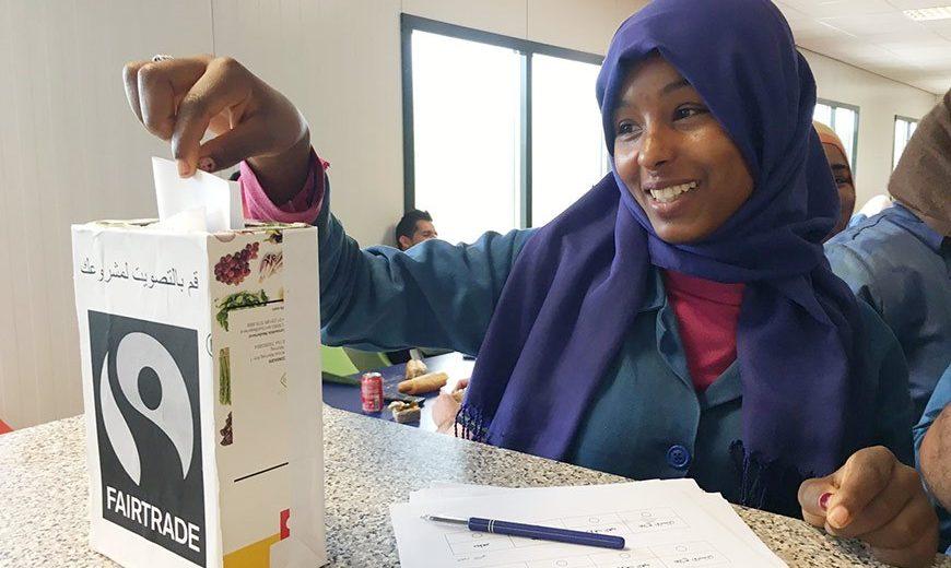Kobieta podczas głosowania na projekt, który ma być sfinansowany z premii Fairtrade. Fot. © Mieneke Eilander